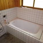 浴室。追い焚き機能付きホーロー浴槽。