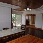 キッチン側からリビング南西方向を撮影。奥に和室8畳。