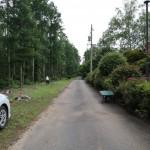 物件北側の舗装公道の西方向を撮影。道路右側(北側)がペンションビレッジ。