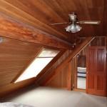 2階寝室。網戸付きの大型天窓が2つ。