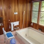 北側が全面窓ガラスの明るい浴室。追い焚き機能付きボイラーにリフォーム済み。