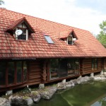 建物南西側より撮影。建物の南側に池あり。屋根は2010年に金属鋼板葺に葺き替え済み。