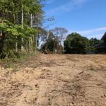 敷地北西側から東方向を撮影。敷地内は全て伐採伐根済みです。