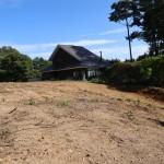 敷地西側から東南方向を撮影。物件の南側に定住者の家屋が1軒あります。