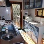 キッチン。正面がウッドデッキへの出口。