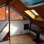 2階から階段を上がった屋根裏部屋約7畳。天窓があり、明るく暖かい部屋です。