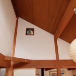 2階北西側和室8畳の天井方向を撮影。