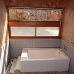 天井が吹抜けの明るい浴室
