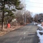 物件南側道路の西側から東方向を撮影。物件は道路左側。