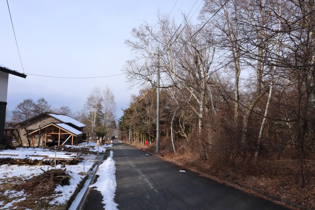 物件南側に接面する道路の東側から西方向を撮影。物件は道路右側。