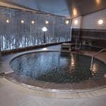 源泉100%かけ流しの大浴場。温度が43.5度~44度に設定された熱めの浴槽。奥が40度~41度に設定された加水ありの小浴場。