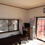 洋室8.5畳。ウッドデッキの東側に物置。