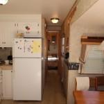 入口付近から西方向のベッドルーム方向を撮影。手前左側がキッチン、右側がダイニング。