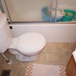 手前がトイレ、奥がバスルーム