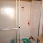 バスルーム。シャワーとバスタブあり。