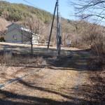 敷地南側道路の西側から東方向を撮影。
