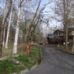 物件南西側から東方向を撮影。物件は道路左側。