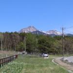 物件から車で1分の牧場通りから北方向を撮影。正面に八ヶ岳の眺望。右側の道路が牧場通り。