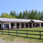 物件から車で1分の牧場通り沿いにある牧場の馬小屋。