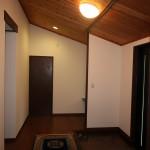 玄関ホール。壁紙は2021.7月に貼替済み。