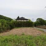 物件北側から南方向を撮影。物件は草が刈られた部分。2階建てを建てると富士山の頂上部分を眺望できます。