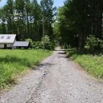 物件西側の幅員6mの公道。北側から南方向を撮影。