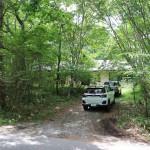 南側道路から物件を撮影。4台程度の駐車が可能。